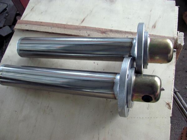 产品介绍: 金属管、螺旋状电阻丝及导热性好、绝缘性好的电工级氧化镁粉,引起端子等组成,广泛用于液体,空气等加热,常见的有热水器,烤箱,咖啡壶等。 材料: 外管一般材料有In800,In840,304,316L,310S,铝,铜,低碳钢等。 氧化镁粉是根据不同的使用要求选择不同规格,有高温粉,中温粉,等。 电阻丝为发热件,材料一般有两种,Ni-Cr丝和Fe-Cr-Al.