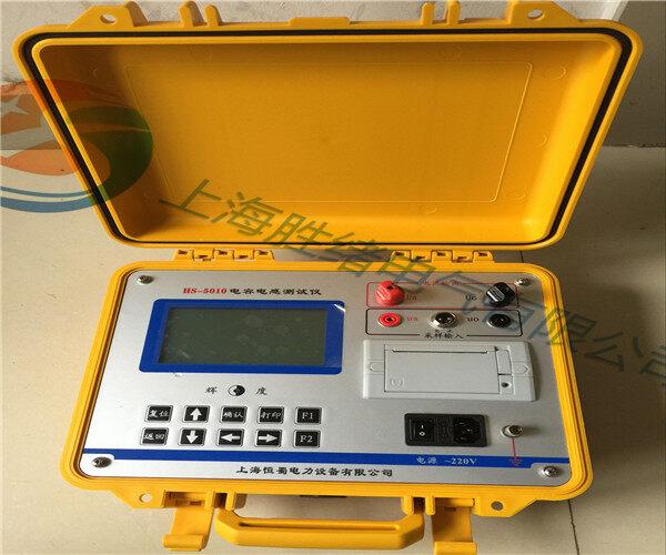 四、操作步骤: (1)将测试电压电缆一端接到仪器【电压输出端子】上; (2)将测试电流信号电缆插在仪器【电流取样插头】上; (3)接好测试仪器220V电源线; (4)将测试电压电缆分别夹在被试电容器组两极的连接母线上,钳形电流取样表卡在所需测量的单台电容器的套管处; (5)闭合【电源开关】; (6)开机后,屏幕显示第1屏 开机显示;如果显示白屏,请直接按复位键。 将光标移至【设置】处,进入第3屏设置参数,将【等效阻抗】设为【并联电容】模式。按【确认】键并存入设置值,回到主菜单。 将光标移至【测量】,按【